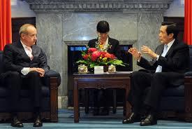 El presidente taiwanés Ma Ying-jeou recibe en audiencia en el Palacio Presidencial a Yvo de Boer. Foto: Embajada de Taiwán en Honduras. Boer, ex-secretario